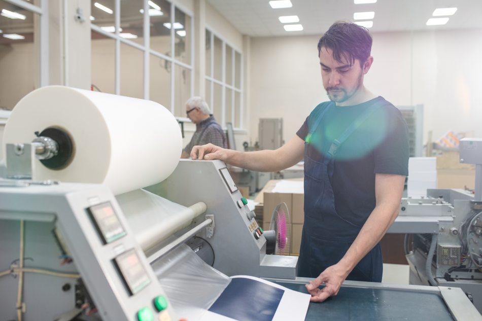 Obsługuje drukarkę przemysłową w firmie